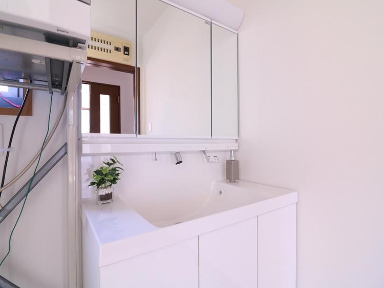 白を基調としたシンプルなスタイルの洗面化粧台。
