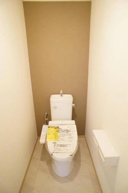 もちろん洗浄付きでトイレも快適です!アクセントクロスが奥行きを作ってくれておシャレです!