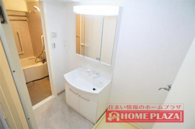 シャワー付き洗面台で、お掃除の時や忙しい朝の洗髪などに便利です!