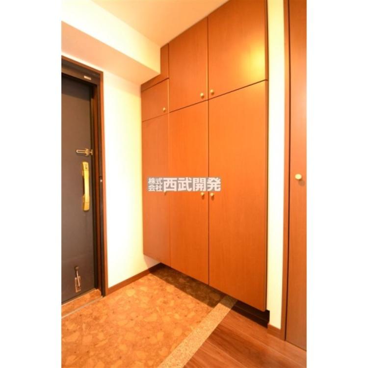 大型のシューズボックスは季節物のブーツやサンダルの整理が出来て玄関をスッキリと使えます。