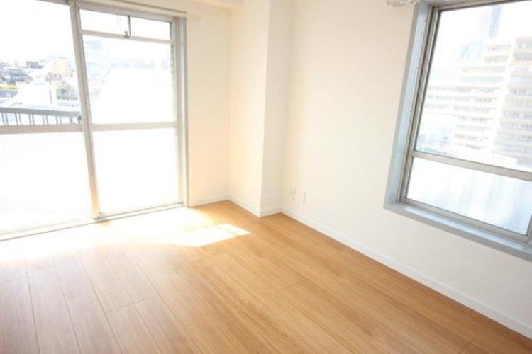 リビングに隣接する居室。引き戸を開け放てば2部屋が一体となり広々と。快適空間が生まれることで、家族が集まりやすくなります。