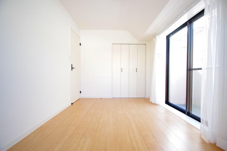 6.5帖の洋室 2面のバルコニーに面している明るいお部屋です
