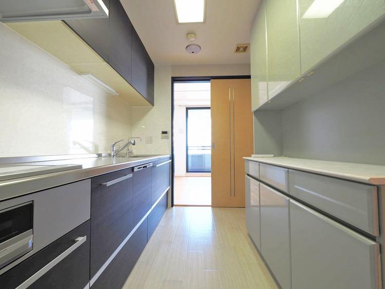 キッチンの充実した背面収納