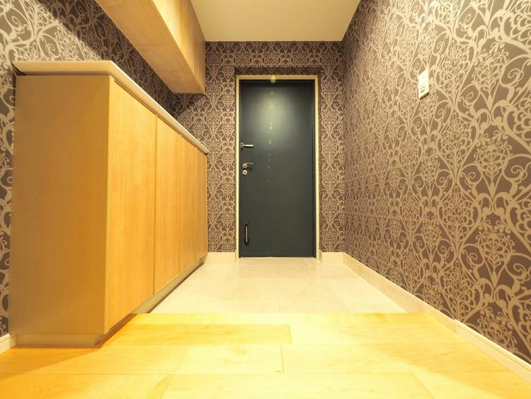 素敵な壁紙が施されている玄関