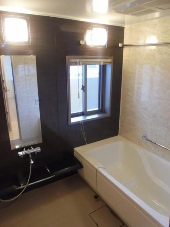 ●お日様の光が射し込む浴室。足を伸ばして一日の疲れを癒すくつろぎの空間です!