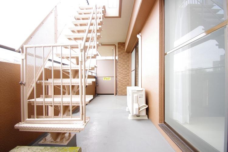バルコニーとルーフテラスへ上る階段