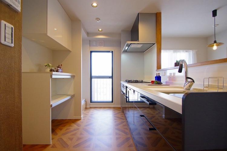 空気がこもりやすいキッチンも窓を設けることで、換気性もあり