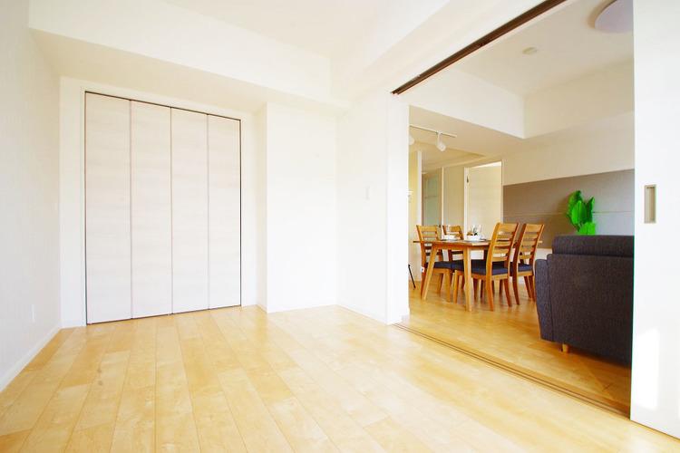 お部屋の扉を開けるとより開放的な空間に