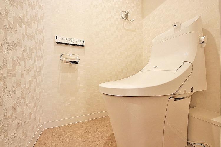 リフォームされたトイレは、白い壁により清潔感がありますね