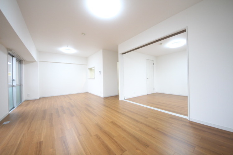 17帖超の広々としたリビング!6帖の洋室も隣接していて、さらに大空間が広がります