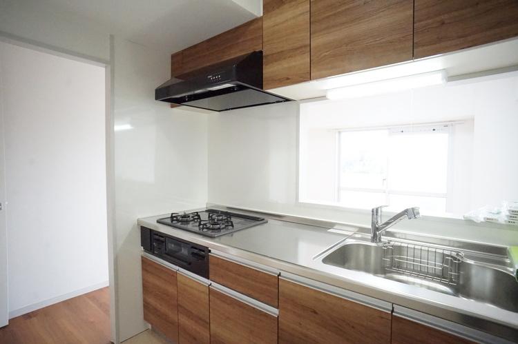床と合わせた木目調のシステムキッチンは統一感があります