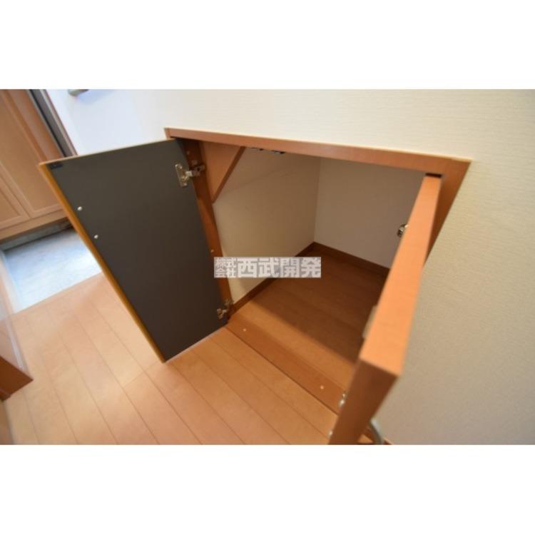 【収納】廊下にも収納があります。掃除用品やご家族共同の家具などをしまっておくのに便利です。