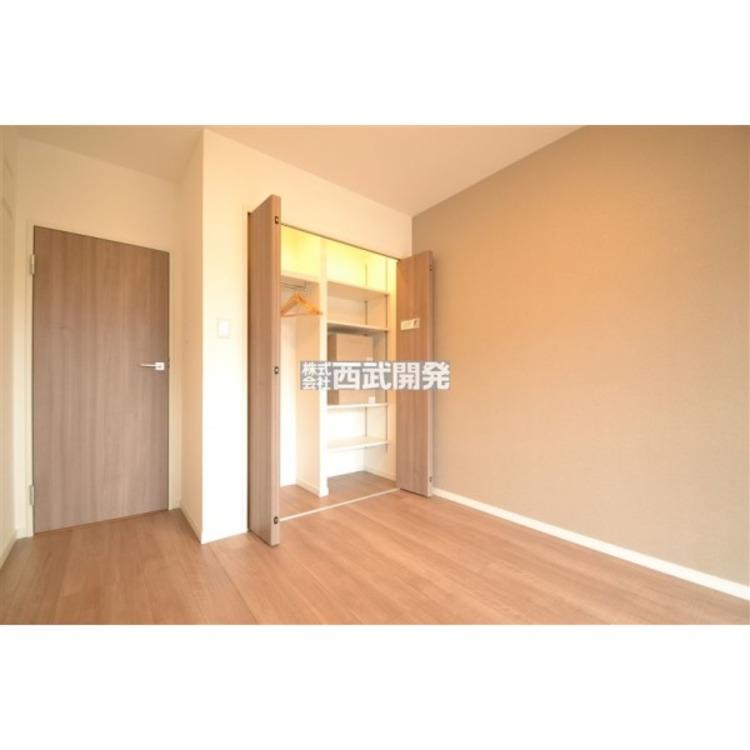 収納スペースを確保した洋室。使わない荷物をしっかりと仕舞えるので、住空間を有効に活用することが出来ます。