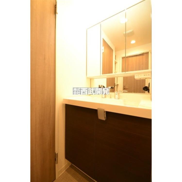 収納の多い三面鏡の洗面台なので歯ブラシや化粧品等の小物の整理に役立ちます。