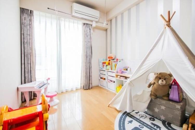 リビングのとなりにある個室の有効活用の方法です。段差のない間取りにして、引き戸をオープンにすれば、リビングと個室がワンフロア快適空間に。家族がおだやかに過ごす、ワイドな空間に変わります。