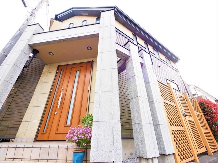 地震や台風による揺れをおさえ、建物の倒壊や損傷を防ぐ構造を備えた戸建てです。