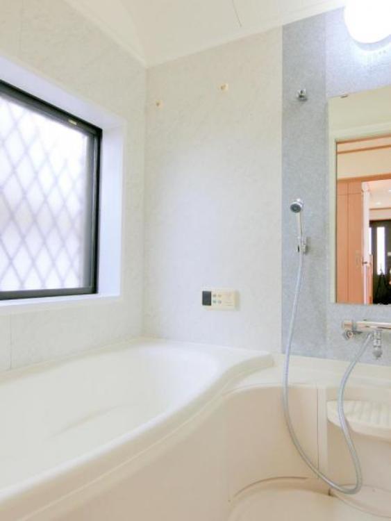 ゆったりと足を伸ばせる一坪タイプの浴室です。浴室換気乾燥機付きですので、カビの発生も抑制出来ますね。