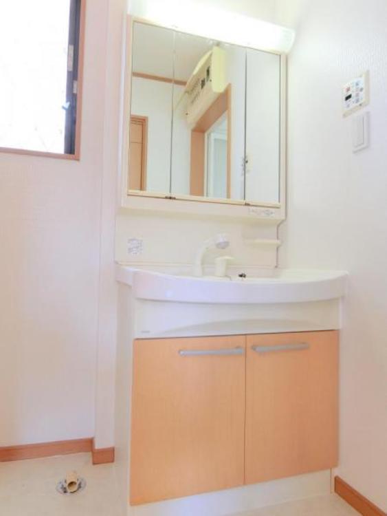 三面鏡の洗面台。鏡を開けると収納になっています。日々お使いになられる整髪料等が収納できます。便利です。
