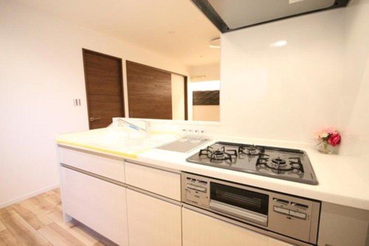 キッチンは家族の絆を育む大切な空間。シンプルで使い易いシステムキッチンで愉しく作る料理は愛情のある美味しいご馳走に。家族で使える対面式キッチンです。 ≫
