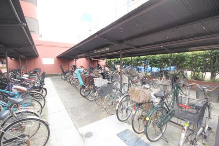 駐輪場は屋根付きですので、雨の日は安心ですね♪