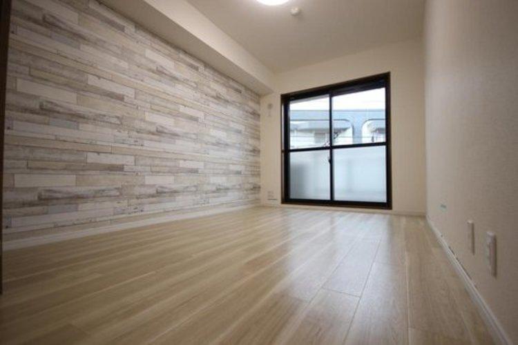 リビングに隣接する居室。引き戸を開け放てば2部屋が一体となり広々と。快適空間が生まれることで、家族が集まりやすくなります。 ≫