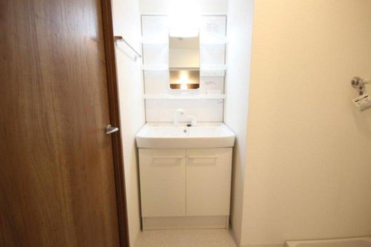 身だしなみを整えやすい事はもちろんですが、鏡の後ろに収納スペースを設ける事により、散らかりやすい洗面スペースをすっきりさせる事が出来るのも嬉しいですね。 ≫