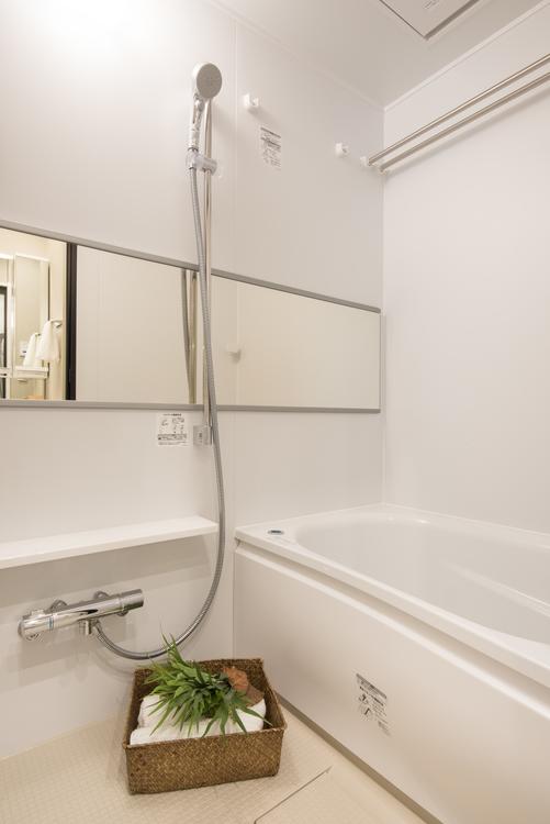 白く清潔感のある浴室には、TOTO製追炊き機能付きのユニットバスと浴室換気乾燥機を設置しました。