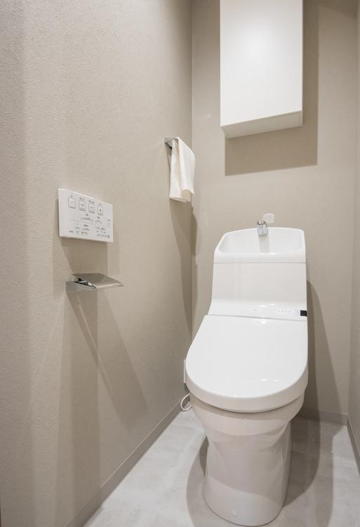 トイレットペーパーの収納ができる吊戸棚と、TOTO製洗浄便座付きのトイレを新しく設置しています。