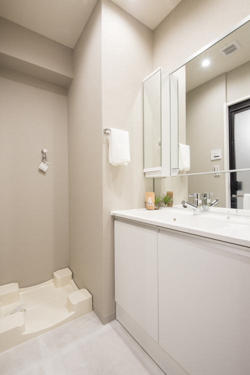 身だしなみを整えるのに便利な三面鏡の付いた、Panasonic製洗面化粧台を設置しています。