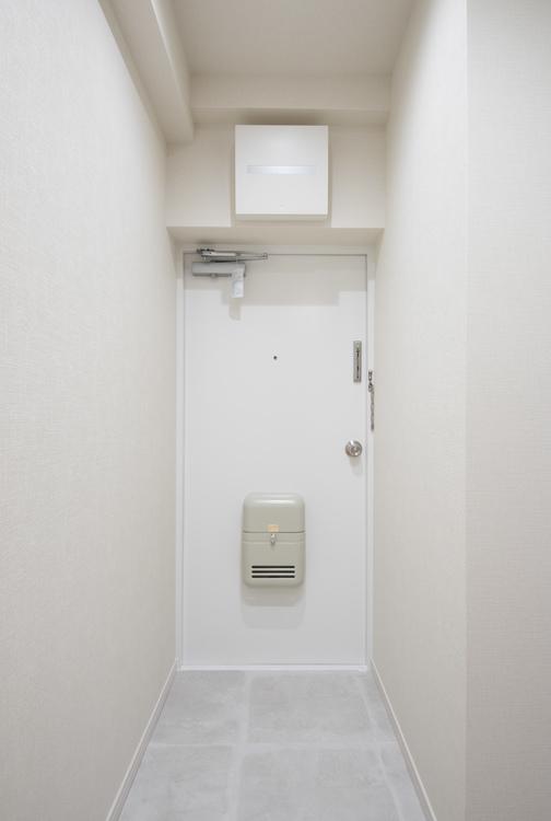 白を基調とした清潔感のある玄関