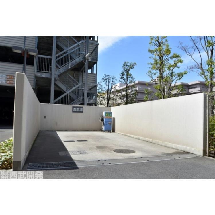 駐車場横に設けられた居住者専用の洗車場(有償)