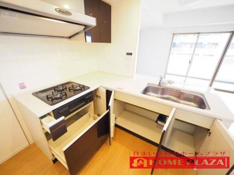 人気のL字型キッチン。少ない動線での作業が可能で調理が捗ります。