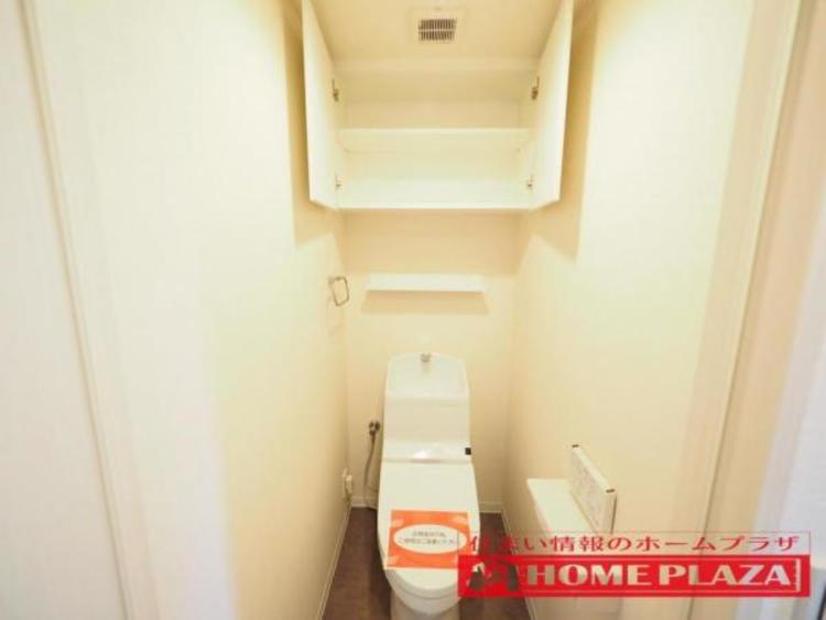 トイレには扉付きの棚があり、ここにトイレットペーパーやお掃除道具等を収納できるので便利!