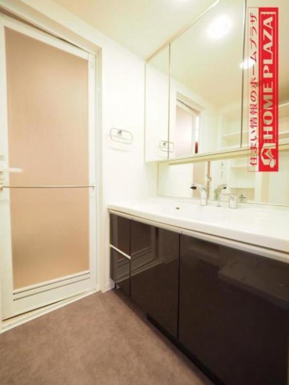 大型の鏡がある、オシャレな洗面台。収納も充実してるのでうれしいです!
