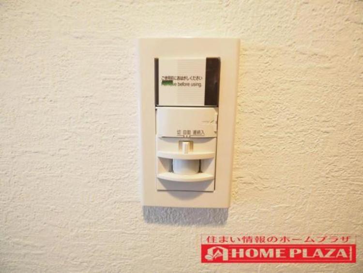 玄関照明は赤外線センサー付きなので、動くものに対して照明が付きます。帰宅・外出時の暗い中、玄関スイッチを探す手間もなく、また消し忘れもなくし節電効果があります。