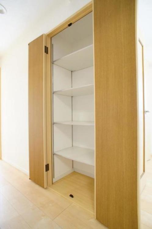 収納が廊下にもありお部屋を広くお使い頂くことができます!