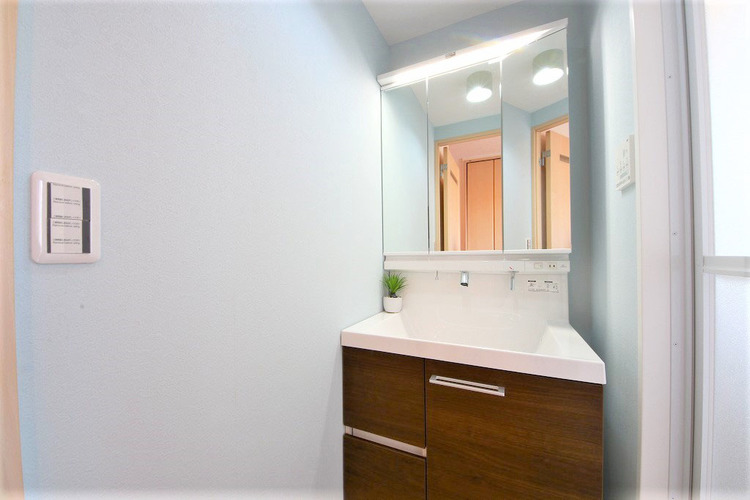 白を基調とした清潔感のある洗面室で朝の身支度を○