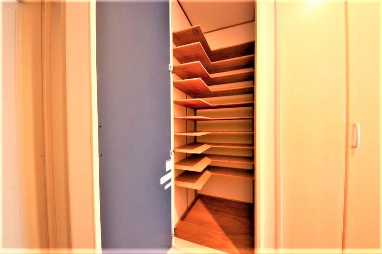 天井まである玄関収納はご家族分の履物も余裕で収納可能♪