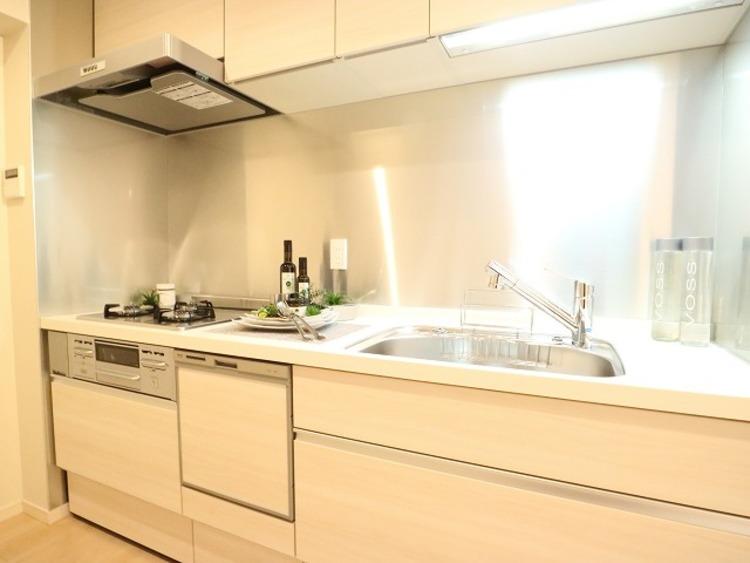 ホワイトを基調とした清潔感のあるキッチン。使い勝手の良い設備のキッチンで効率よくお料理ができます。家族の健康はこのキッチンから。