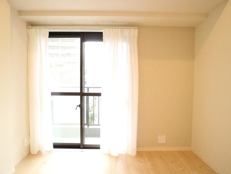 開口部が広く、たくさんの陽を取り入れます。窓を開ければ気持ちよい風が舞い込んできて、開放的な空間を演出しています。
