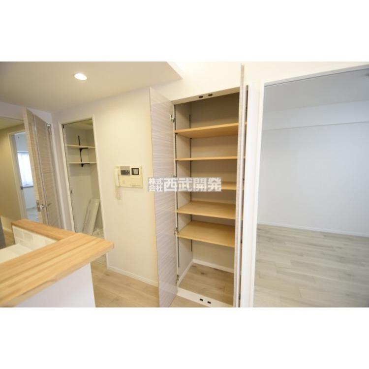 【収納】リビングにも収納があります。掃除用品やご家族共同の家具などをしまっておくのに便利です。