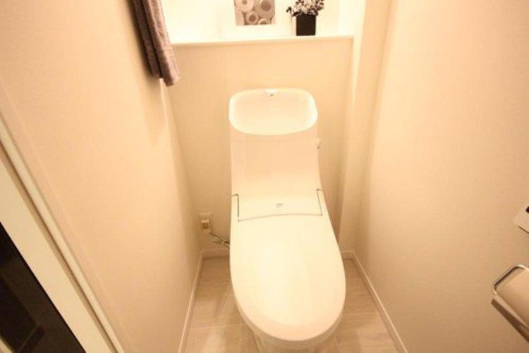 白を基調とした清潔感の高いお手洗い。上部に収納もついておりますので、とても便利です。 ≫