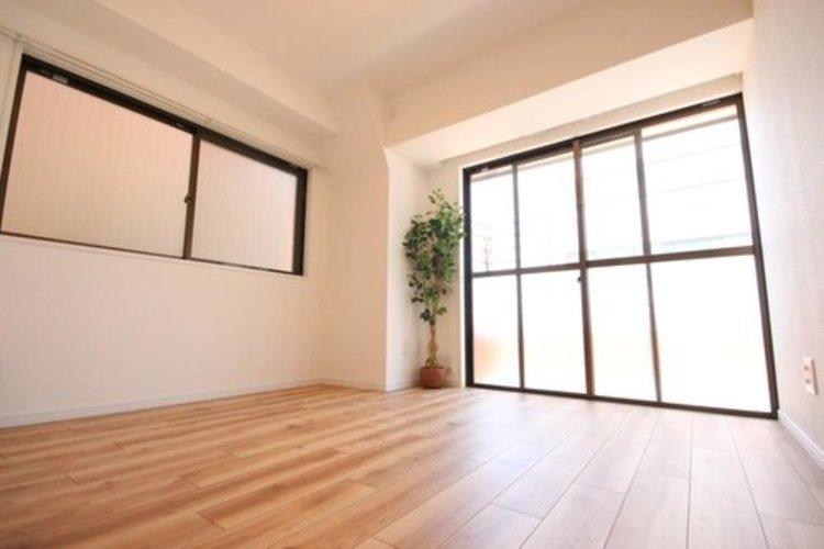 プライベートなお部屋では静かに時を過ごしたい。読書をして、物思いにふける・・。光りに満たされた安らぎの空間を演出しています。