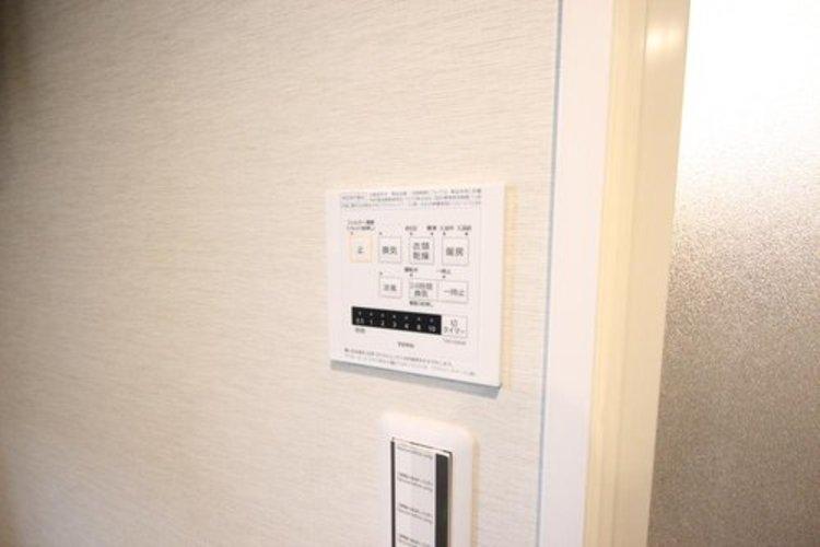 雨の日の部屋干しは乾きにくく、生乾きの臭いが気になります。浴室暖房乾燥機があればそんな心配はいりません。換気や暖房機能もあるのでカビの発生や寒い日のヒートショックも防ぎます。