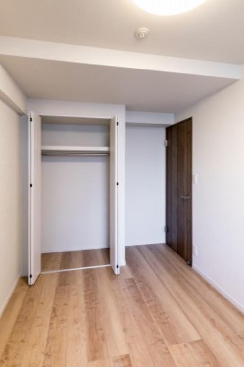 約6帖の洋室。大きなベッドを置いてもすっきり配置できます