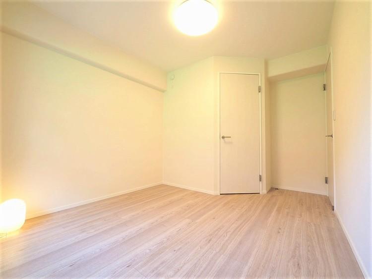 こちらのお部屋にもウォークインクローゼット付きで豊富な収納量