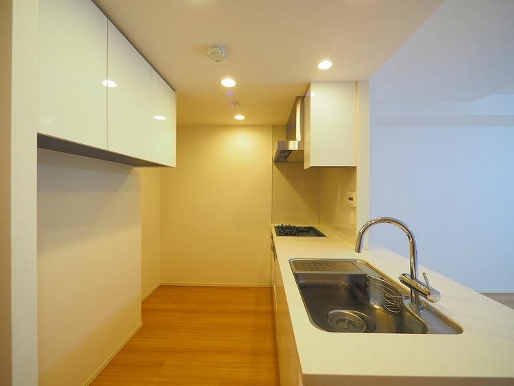 キッチン背面に吊戸棚があり、使い勝手のいいキッチンですね