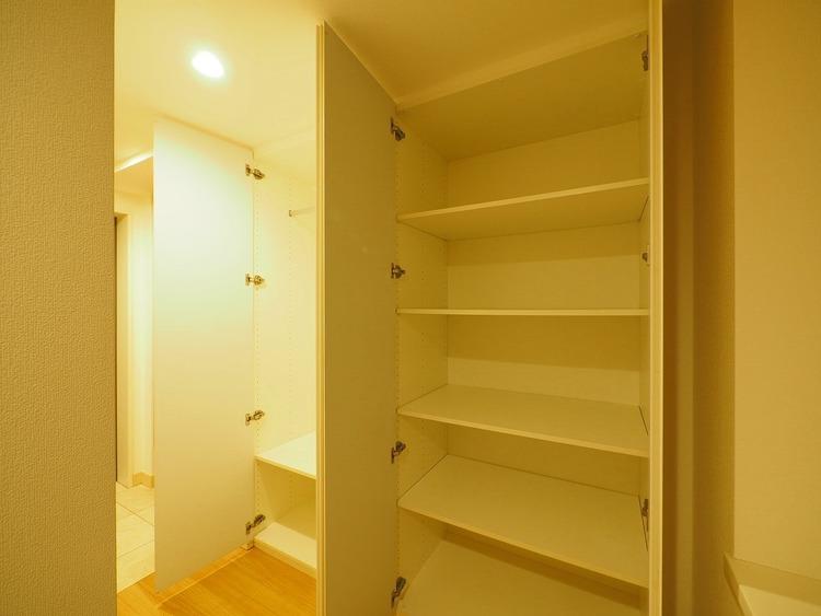 廊下にある物入れは、日用品などの収納に便利ですね