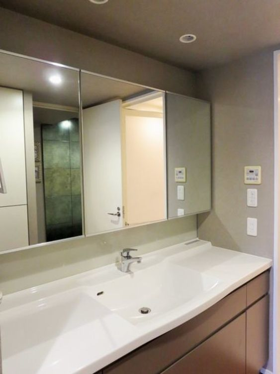 「洗面化粧台」大きな鏡がうれしいシンプルな洗面台