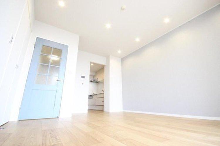 リノベーションされた室内は、綺麗で心地よく生活できる居住空間に。床暖房も備えているため冬場もあたたかく、夏場は風通しのよい